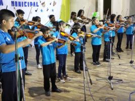 Niños de la escuela municipal de música de Yacuiba