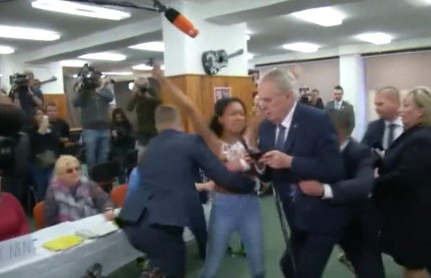 El presidente de República Checa fue atacado por una activista de Femen que lo tildó de
