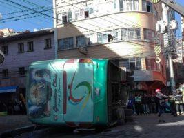 Vuelco de un bus deja una persona fallecida en La Paz