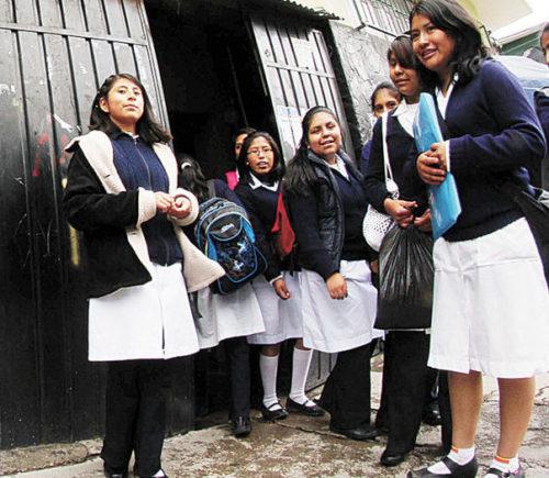 Autoridades anuncian que desde el lunes rige el horario de invierno en colegios de Santa Cruz
