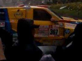 En La Paz Coche del Dakar se topa con un bloqueo y da media vuelta