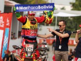 Dakar 2018, corredor boliviano muestra cartel Mar para Bolivia