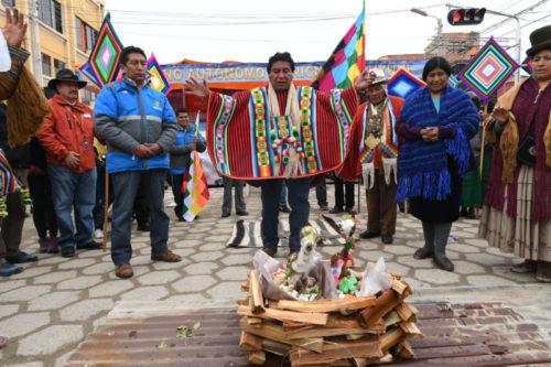 Ofrecen ofrenda a la Pachamama en Uyuni para pedir por el bienestar de corredores del Dakar