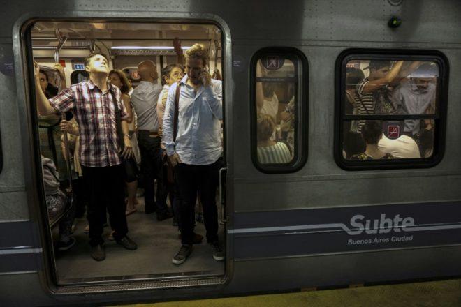 Las tarifas del transporte público aumentan hasta 60% en Argentina
