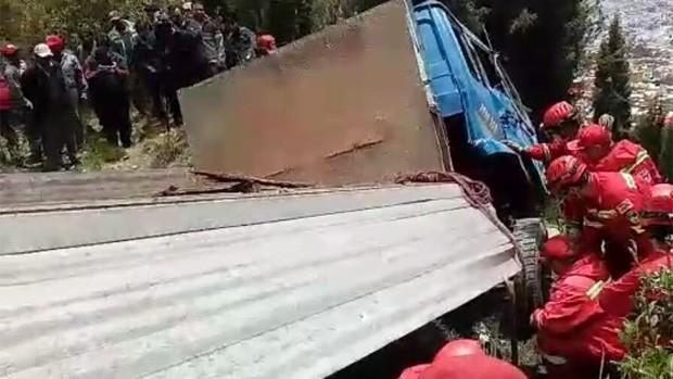 Muere conductor al embarrancarse un camión ladrillero en La Paz