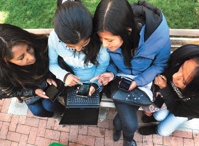"""Los jóvenes que pasan más tiempo con el celular son más """"infelices"""""""