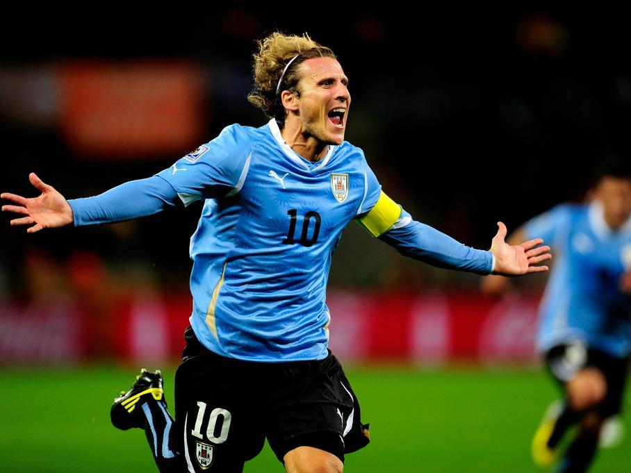 Uruguayo Forlán firma por el campeón de Hong Kong a los 38 años