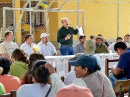 El gobernador de Tarija Adrían Oliva en reunion con comunarios en Puesto Tunal
