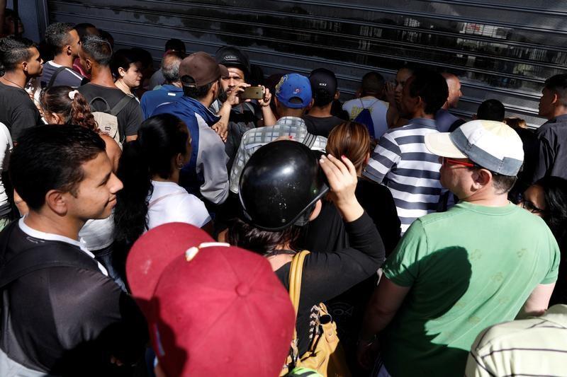 Largas filas regresan a supermercados de Venezuela tras orden presidencial de reducir precios