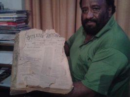 El responsable de la biblioteca-hemeroteca muestra el Boletín Antoniano