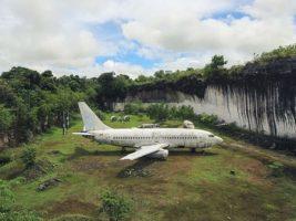 El misterio del avión abandonado en medio de una jungla en Bali