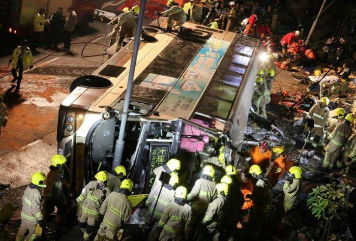 Al menos 19 muertos y 60 heridos al volcar un autobús de dos pisos en Hong Kong