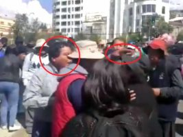 El momento cuando el viceministro Félix Cárdenas le baja el sombrero a una mujer