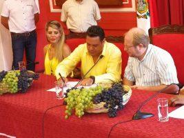 Adrian Oliva y Luis Revilla firman convenio de apoyo a uva tarijeña