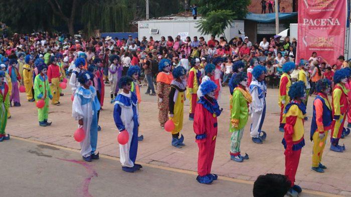 La creatividad, la alegría y la diversión reinan en el Corso de Mayores en Tarija