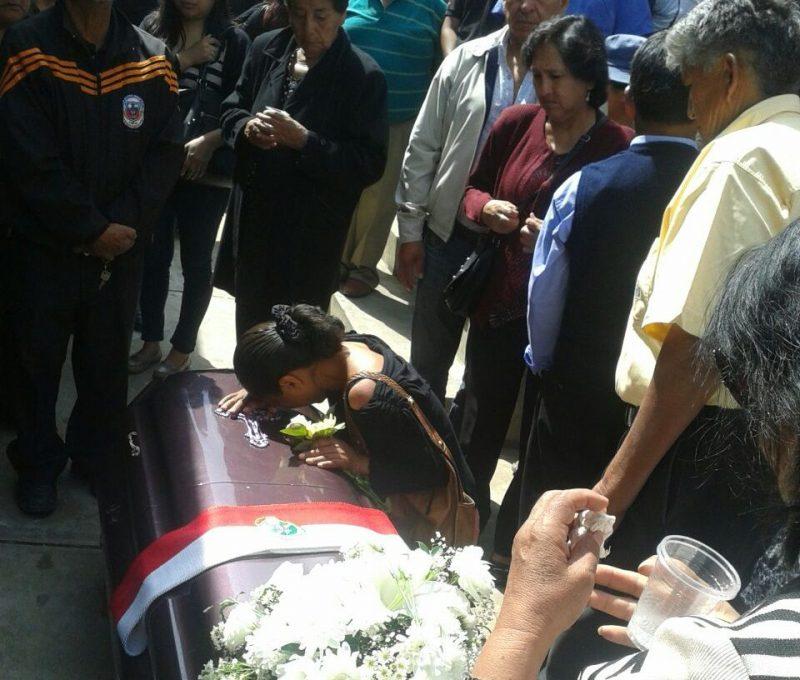 Familiares, amistades y autoridades dan el último adiós a Freddy Yucra