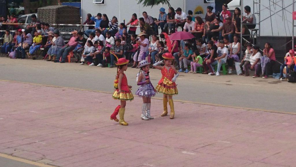 Folclore de Bolivia en la entrada integracion de Tarija