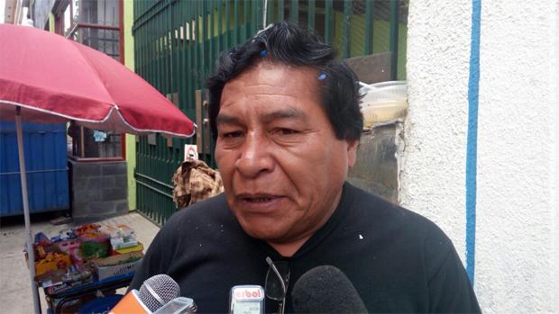 Viceministro Cárdenas se acalora y jala del sombrero a una ciudadana