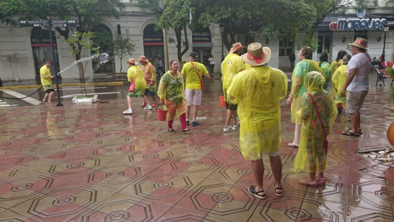 Inicia el tradicional lunes de mojazón en la plaza principal de Tarija