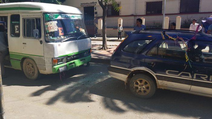 Un micro colisiona con un auto en la calle Domingo Paz de Tarija