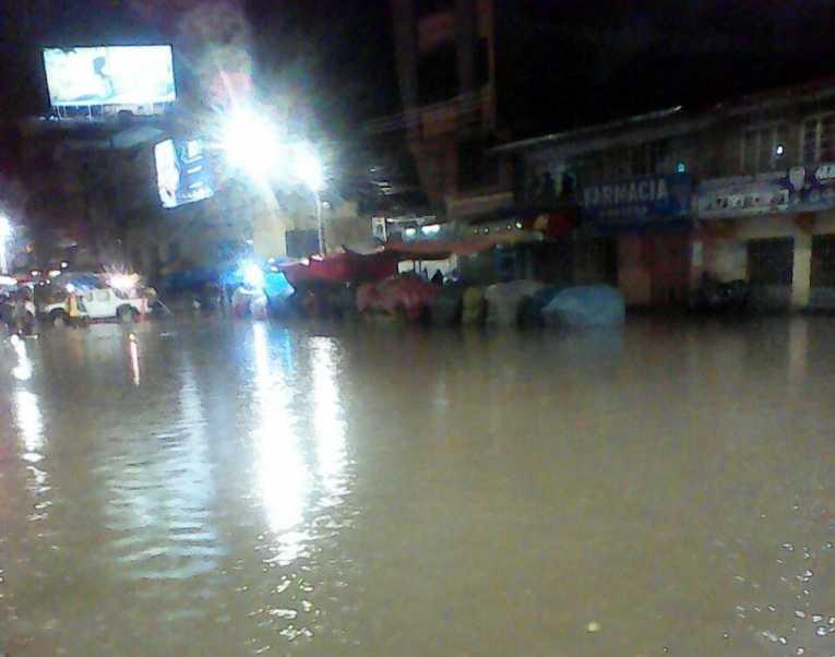 Torrencial lluvia en Quillacollo inunda la avenida Blanco Galindo