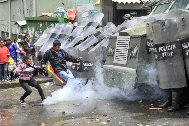 Policía reprime a cocaleros con gases y carro Neptuno