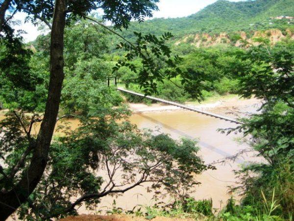 Buscan a una pareja de ancianos que fueron arrastrados por el río Chorety en Camiri