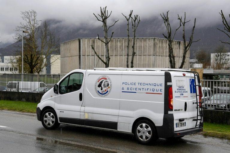 Un hombre intenta embestir a militares en Francia