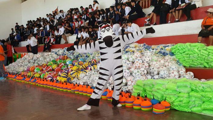 Entregan material deportivo a 186 unidades educativas del área urbana y rural de Tarija