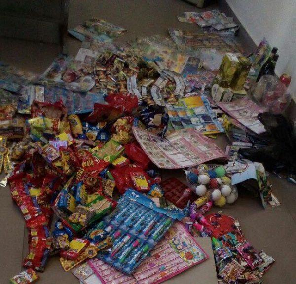 Decomisan productos y golosinas sin fecha de caducidad en diversos colegios de Tarija