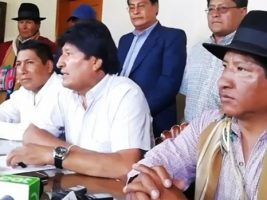 Presidente junto a autoridades de Achocalla