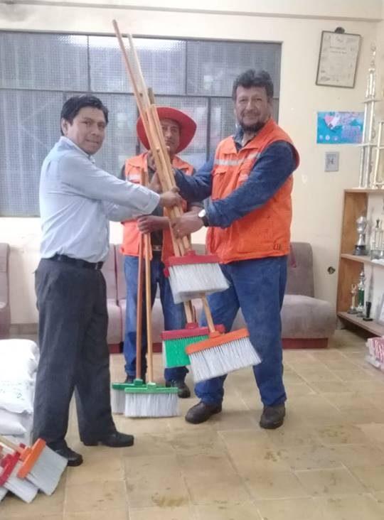Trabajadores municipales de Tarija juntaran botellas plásticas para transformarlas en escobas