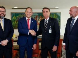 Jair Bolsonaro estrecha la mano del presidente del Tribunal Supremo venezolano en el exilio Miguel Angel Martin