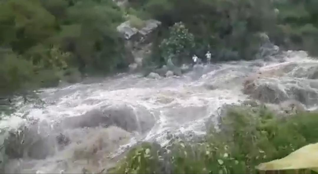 Bomberos rescatan a 5 personas tras la crecida el río Coimata en Tarija