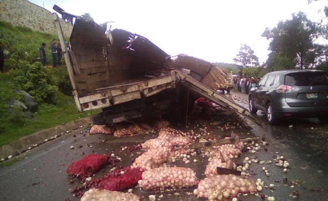Camión de carga vuelca en el camino Palos Blancos - Entre Ríos y deja tres heridos