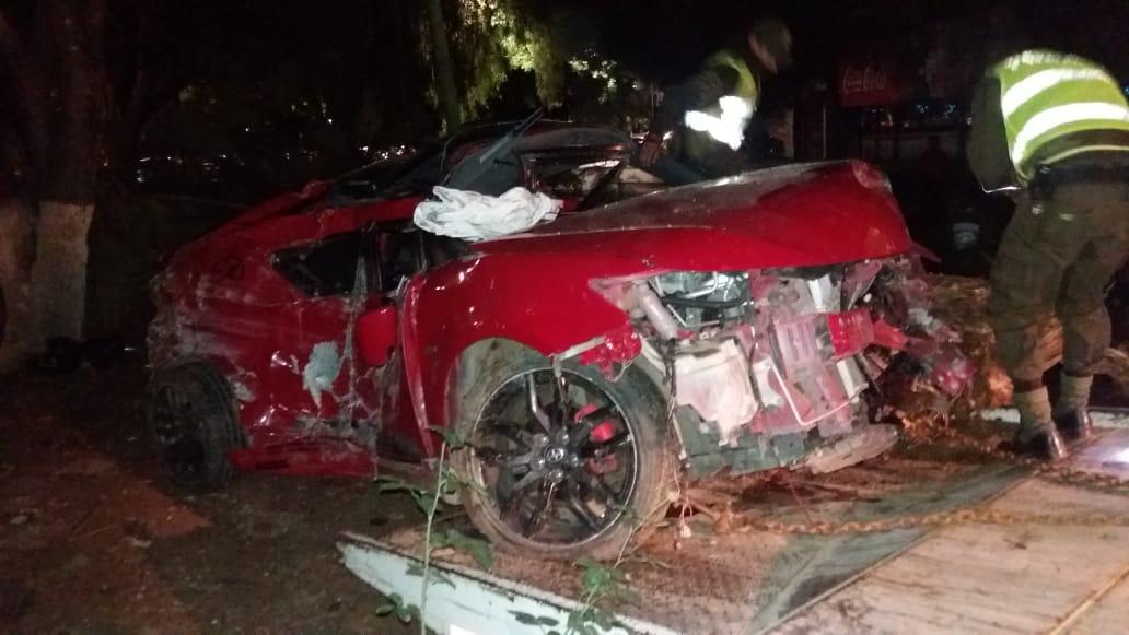 Vehículo choco dos arboles y un poste de luz en la avenida Las Américas de Tarija