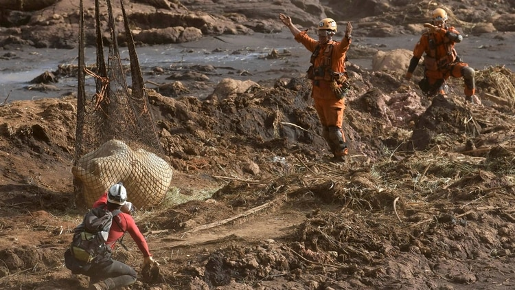 Suman 121 los muertos por el desastre minero en Brasil
