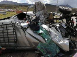 Potosí, ocho muertos por colisión entre camión y minibús