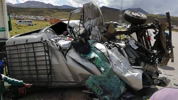 Ocho muertos por colisión entre camión y minibús