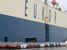 China bloqueó la entrada a 1.600 automóviles llegados desde EEUU y los dejó varados en el puerto en Shanghai