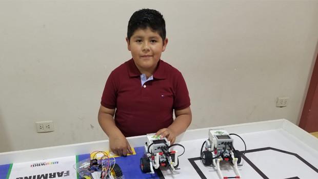 Niño boliviano construyó un robot pianista e irá a la NASA