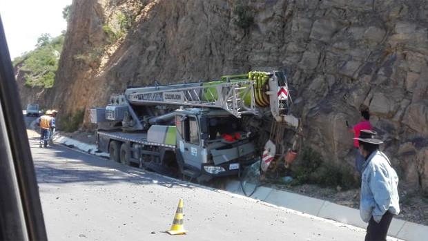 Trabajador chino muere en accidente con grúa en ruta chuquisaqueña