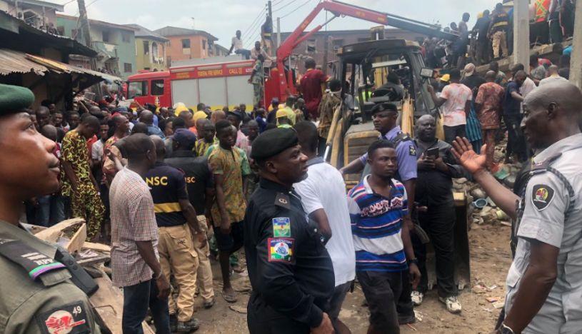 Se derrumbó el edificio de una escuela en Nigeria: al menos 100 niños quedaron atrapados