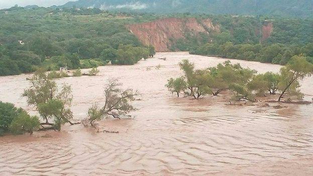 Río Parapetí se desborda y cubre viviendas, calles y avenidas de Camiri