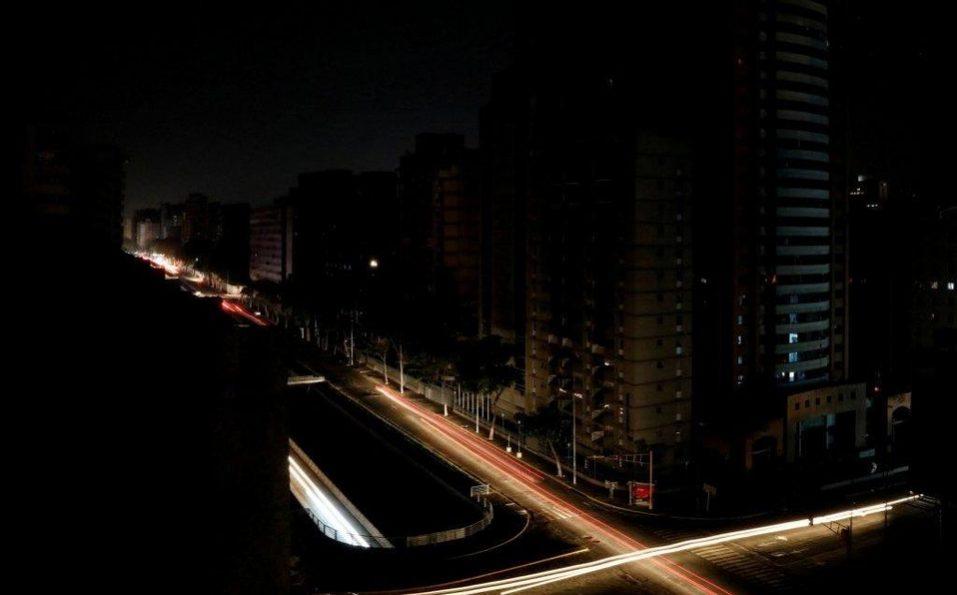 Venezuela ya superó las 100 horas sin luz: Maduro extendió la suspensión de actividades por el apagón