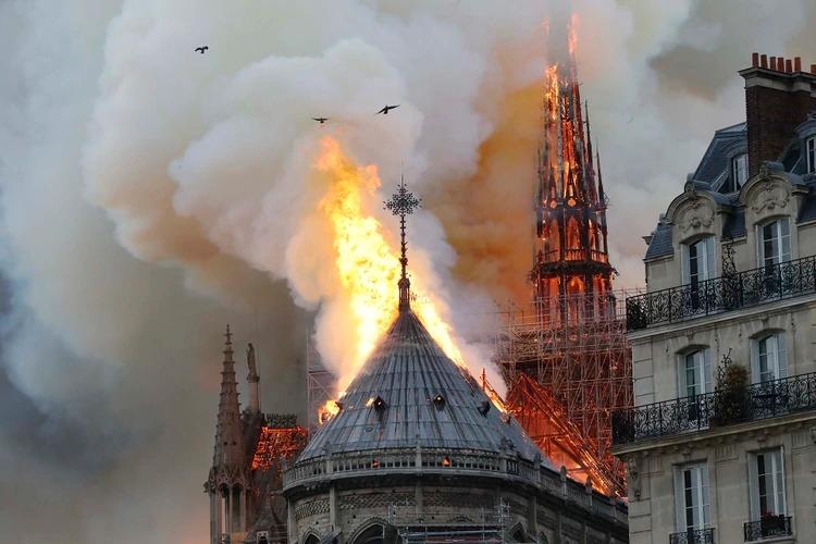 Conmoción en Francia por incendio en la catedral Notre Dame de París