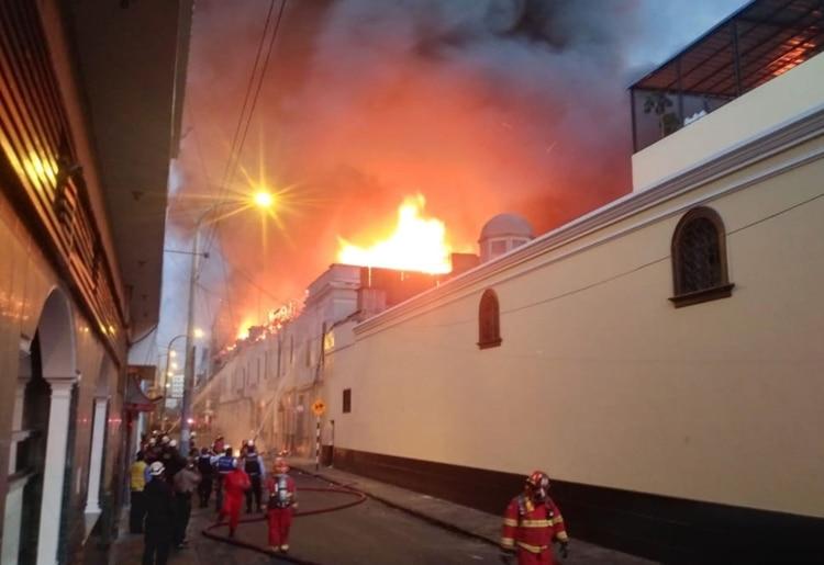 Un gran incendio se desató en una zona comercial del centro de Lima