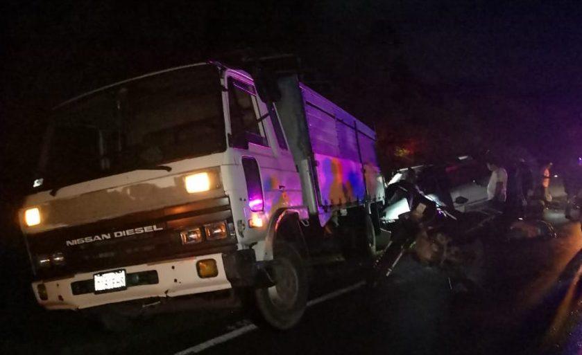 Minivan choca con un camión y deja tres personas fallecidas en Tarija