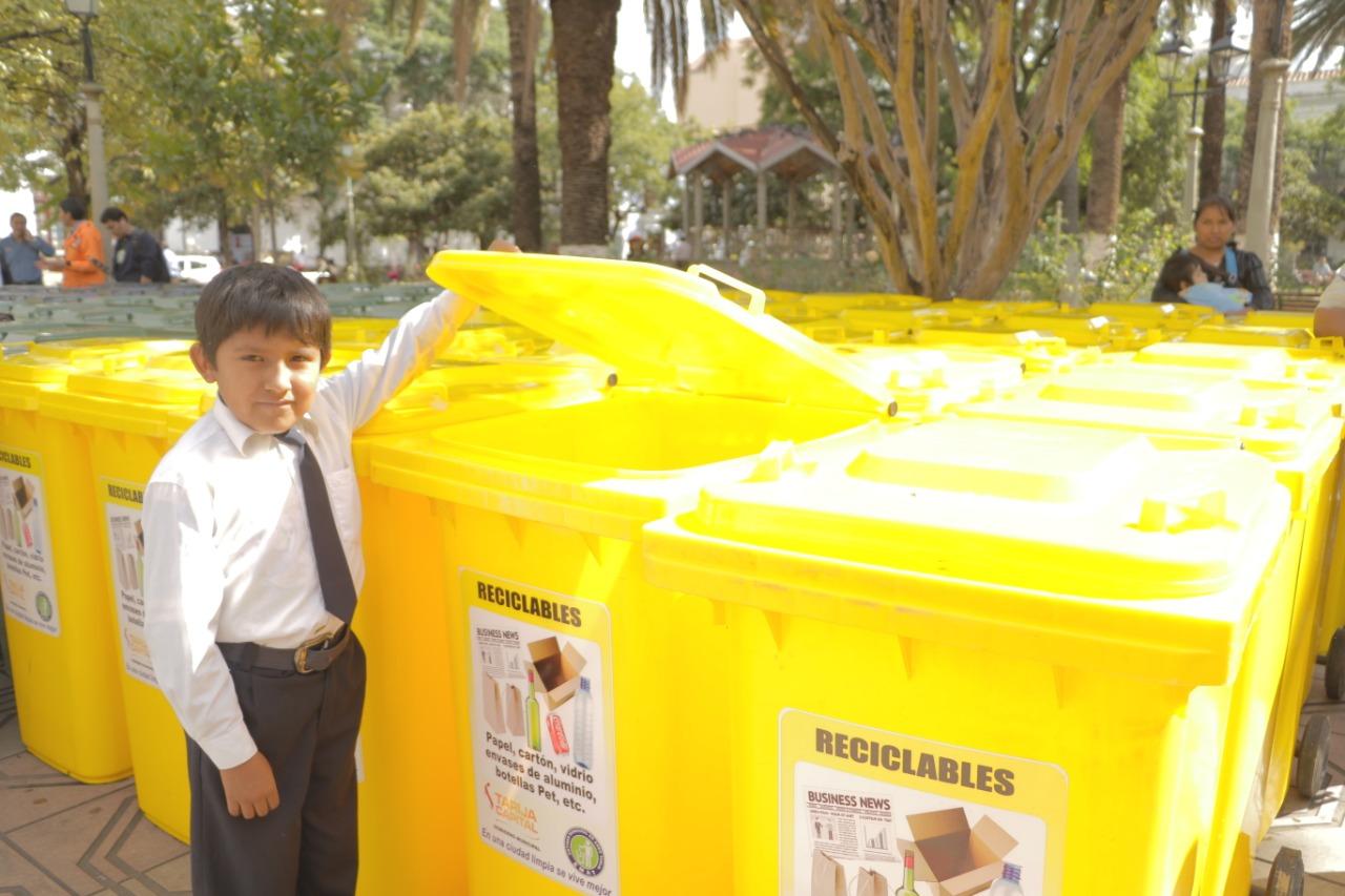 Colegios de Tarija recibieron más de 400 contenedores para la separación de la basura