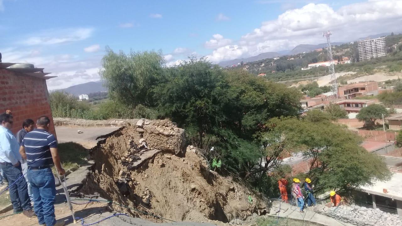 Deslizamiento en el barrio Libertad de Tarija pone en peligro de derrumbe a varias viviendas
